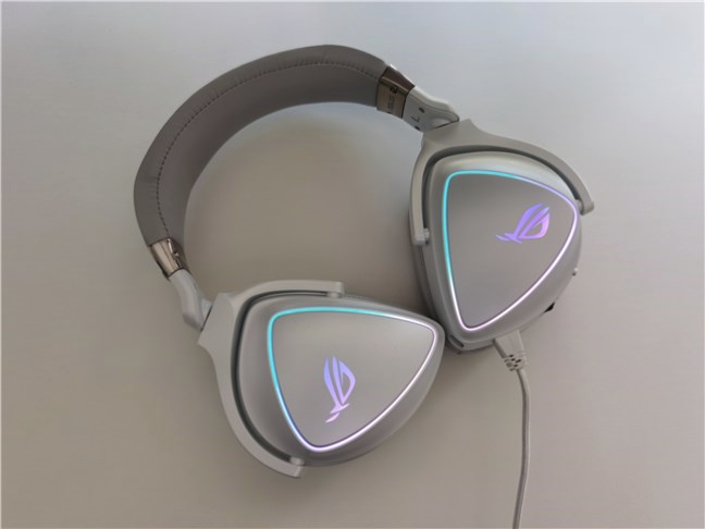 The ear cups of the ASUS ROG Delta can swivel