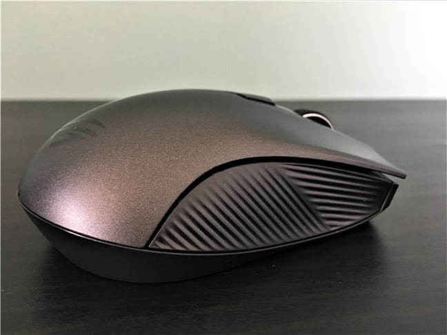 The ASUS ROG Strix Carry has rubberized sides for good grip