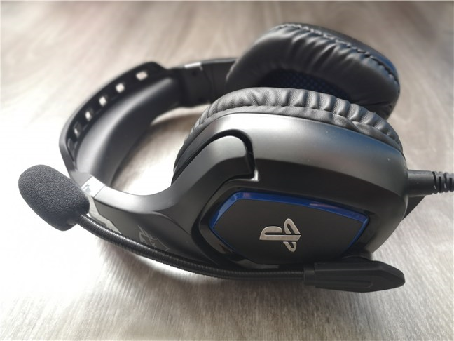 The Trust GXT 488 Forze PS4 with its microphone retracted