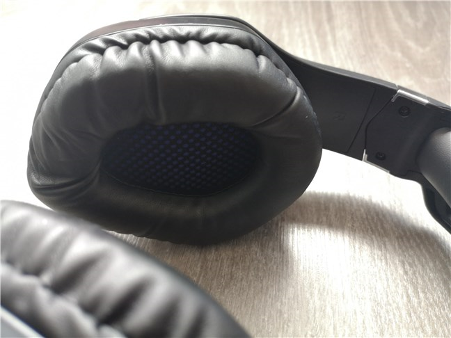The earcups on the Trust GXT 488 Forze PS4 are covered in soft faux leather cushions