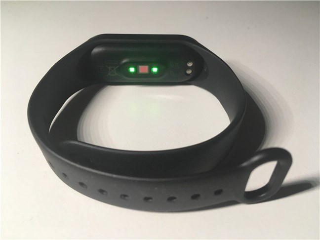The heart rate sensor and the charging connectors on the Xiaomi Mi Smart Band 4