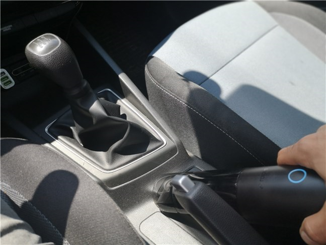 Cleaning inside a car with the ROIDMI Nano XCQP1RM