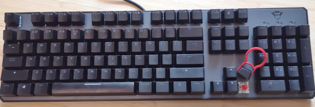 Trust GXT 865 Asta - using the integrated keycap puller