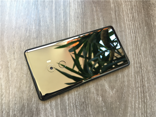 The ceramic back of the Xiaomi Mi Mix 2 is highly reflective