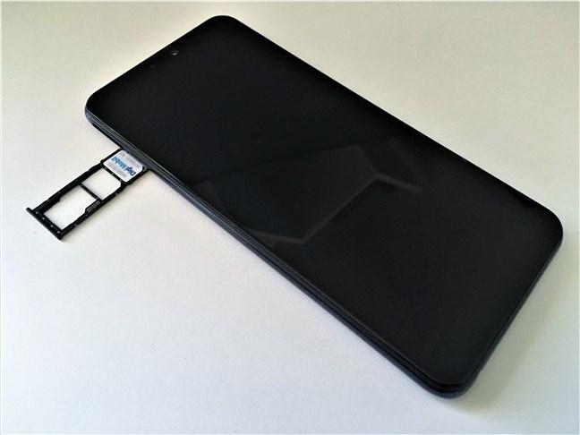 ASUS ZenFone Max Pro (M2) has a triple-slot SIM tray