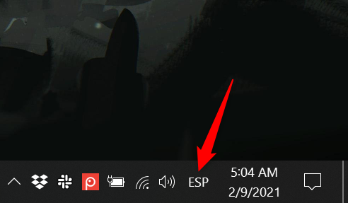 The language bar in Windows 10 collapses, but the input language is shown in the system tray
