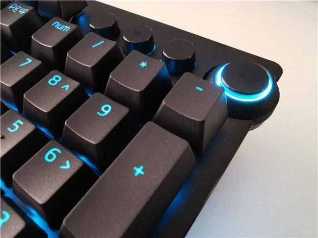 Media buttons and volume dial on the Razer Huntsman v2 Analog