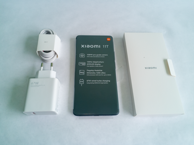 The package contains the smartphone, the charger, the cable and the manuals